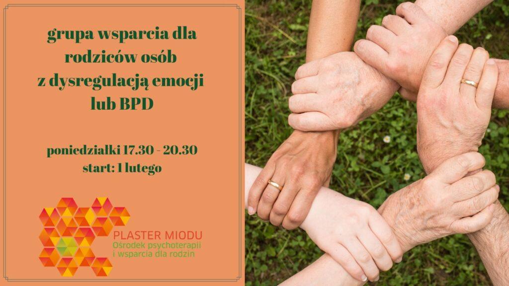 kilkoro osób trzyma się zaręce, obok napis: grupa wsparcia dla rodziców osób zdysregulacją emocji lub BDP poniedziałki 17.30-20.30 start 1 lutego Plaster Miodu ośrodek psychoterapii iwsparcia dla rodzin